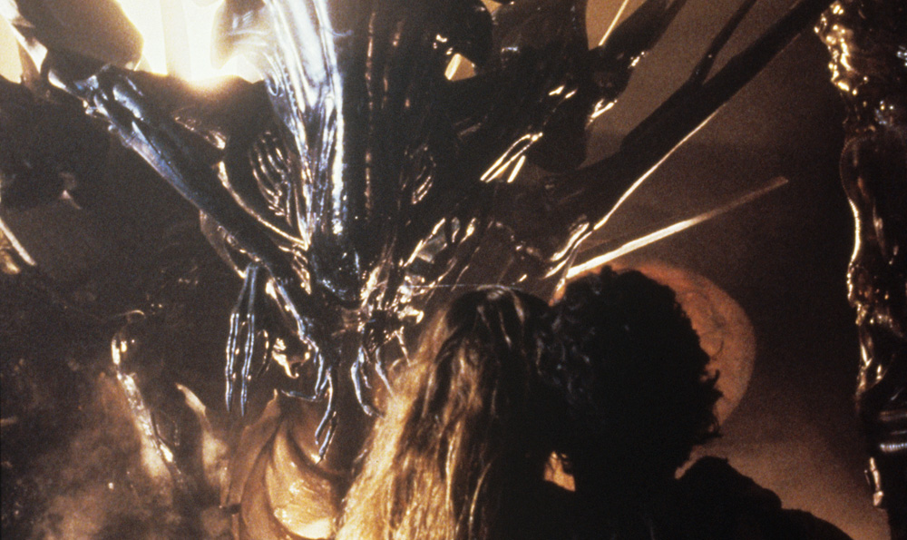 Sigourney Weaver and Carrie Henn face the Alien queen